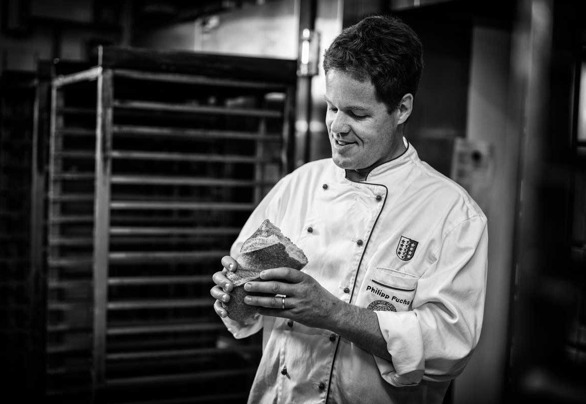 Philipp Fuchs mit Brot in der Hand