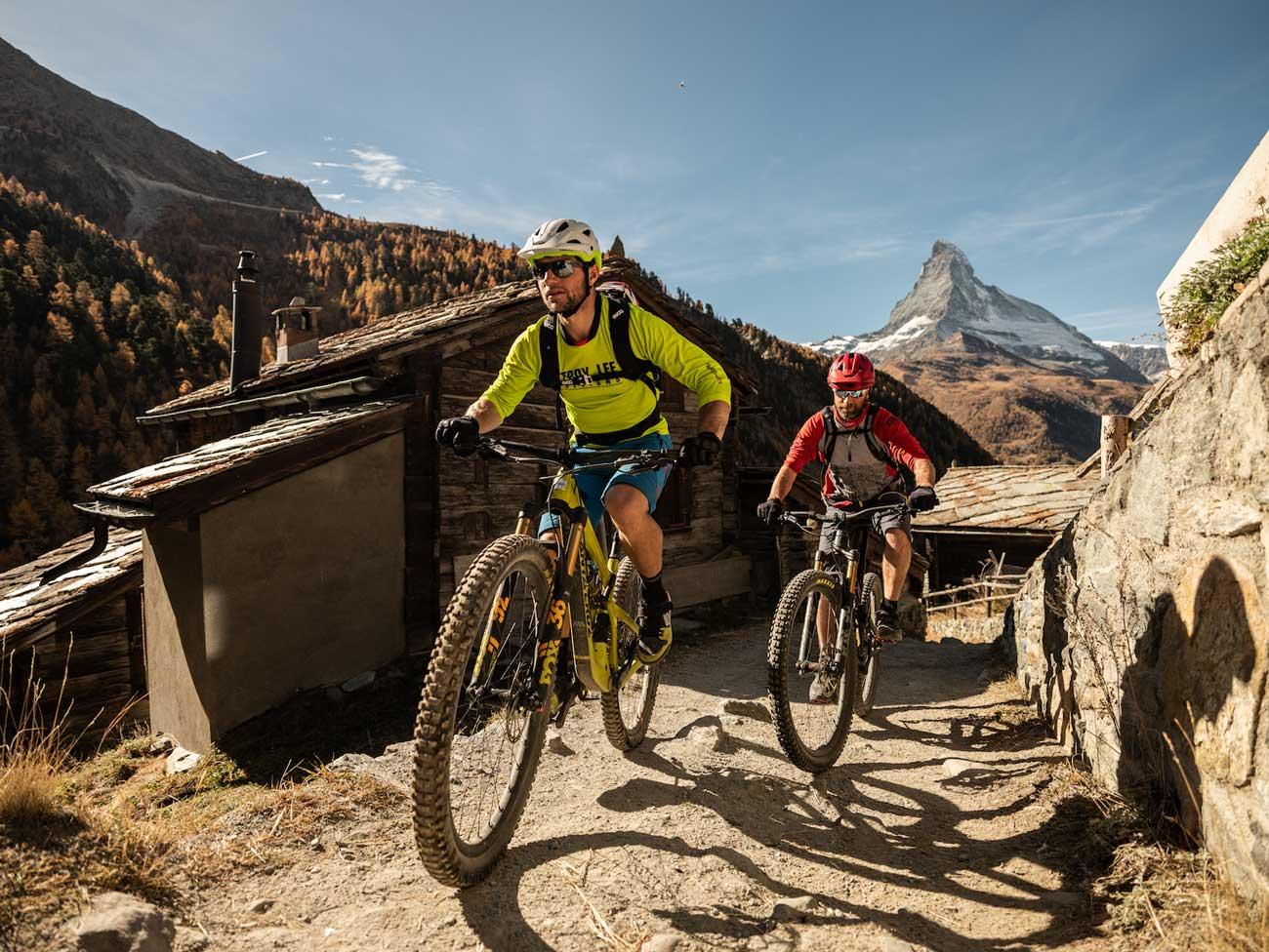 Biker mit ihrem Bike auf Zermatter Trails