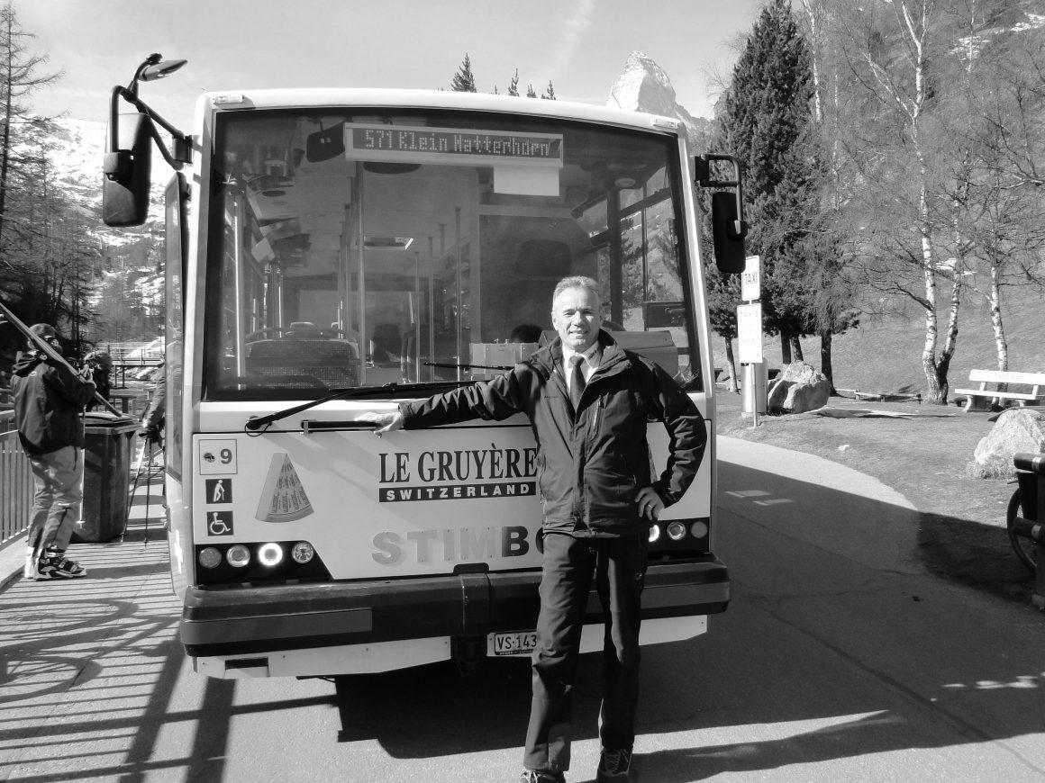 Asan vor seinem E-Bus