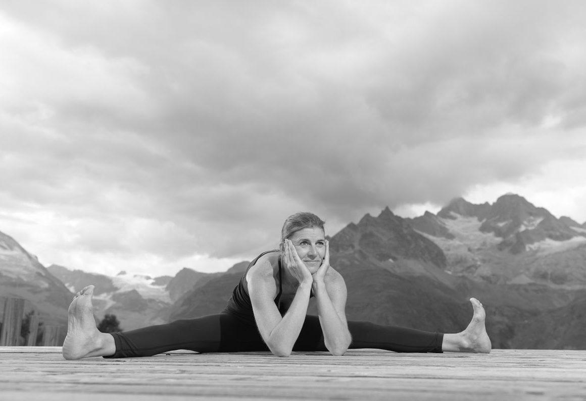 Anita Locher im Spagat vor Zermatter Bergen