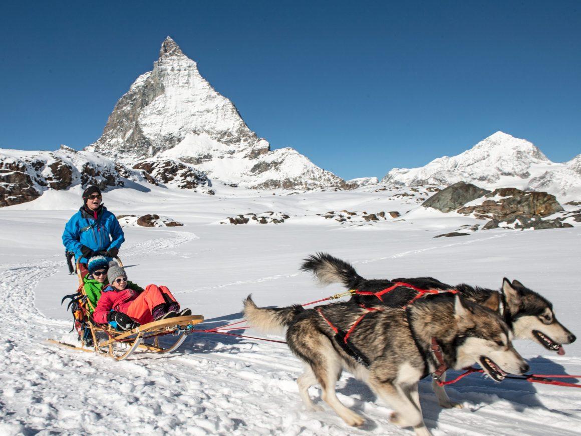 Husky-Schlittenfahrten vor dem Matterhorn